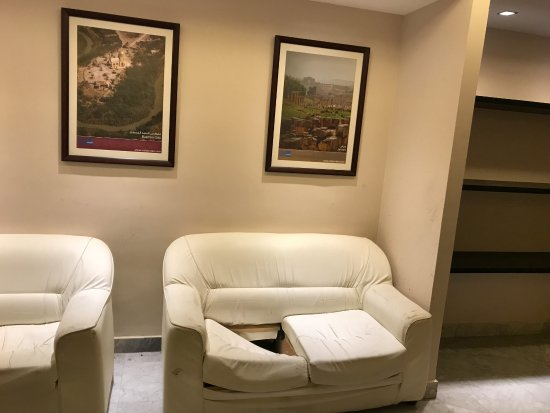 Amman Airport Hotel: waiting area outside restaurant