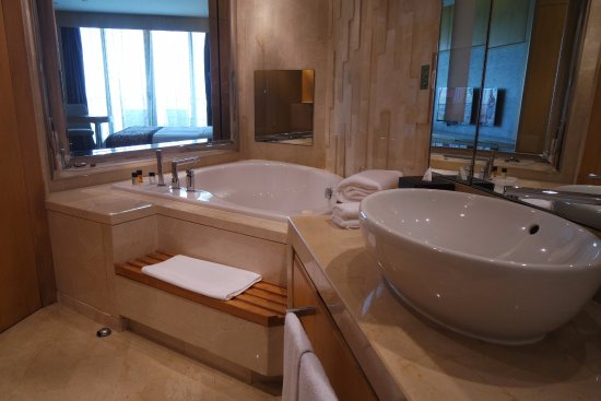 The Meydan Hotel: Don't be so excited to see shampoo & body wash, bcos the bath tub is only for show or eye see.