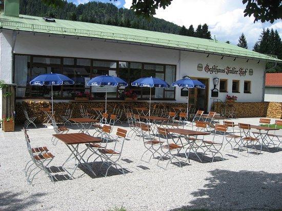 Lenggries, Tyskland: Ruhig gelegen , fernab vom Verkehr ,mit Spielplatz hinterm Haus ,Parkplätze.Gemütlicher Biergart