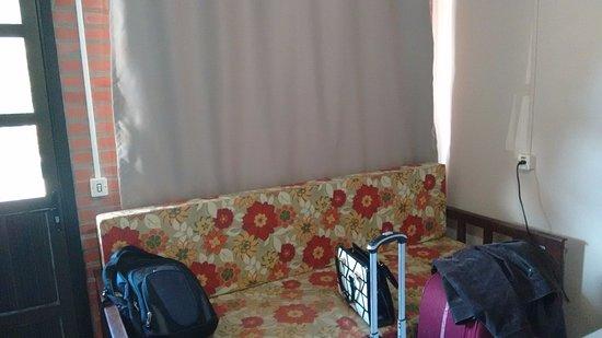 Garden Hotel Canela: Cortina que não podia abrir, porque a janela fica de frente para o estacionamento, sem privacida