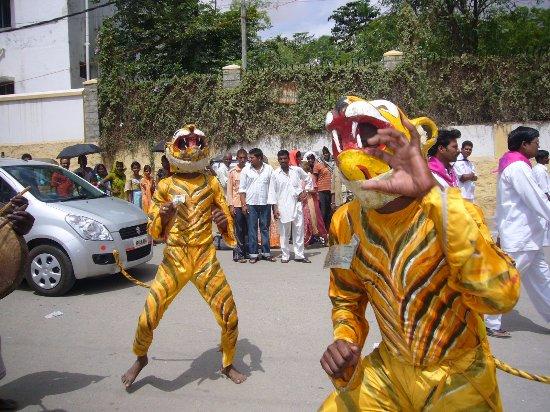 Prasanthi Nilayam: Festa per la strada