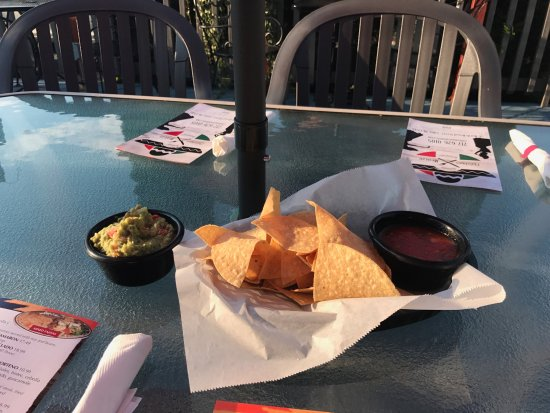 Lititz, เพนซิลเวเนีย: Complimenary chips and salsa. Delicious Guac!