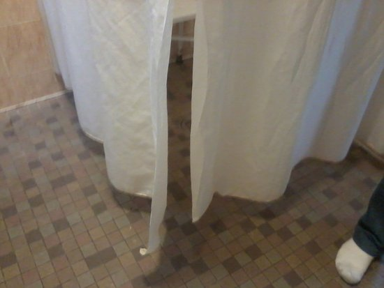 Chickerell, UK: Shower curtain does not go to floor so water goes everywhere