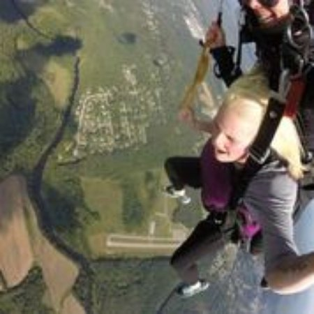 Killingly, Κονέκτικατ: flying the parachute!