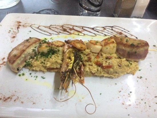 Labege, Fransa: Brochette de thon et Saint-Jacques avec risotto