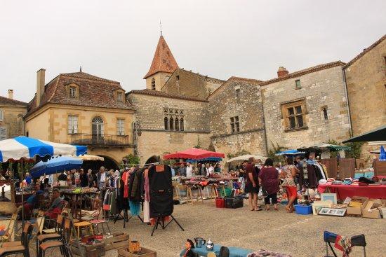Monpazier, France : Piazza col mercato