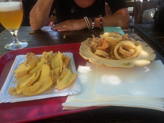 Torcello, Italia: fritto misto di pesce e patate fritte