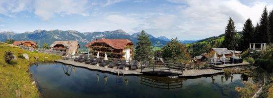 Natur und Wellnesshotel Hoeflehner: Blick zum Hotel und Dachstein vom Naturteich