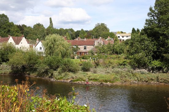 Tintern, UK: Riverside views along the walk from the Old Station