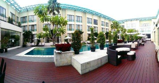 Aryaduta Medan: area kolam renang yang luas