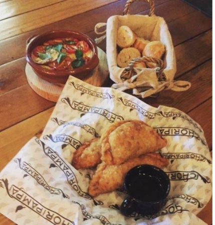 Choripampa: Empanadas argentinas y provolone al horno