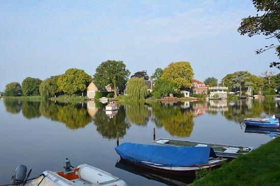 Broek in Waterland, vista de un canal.