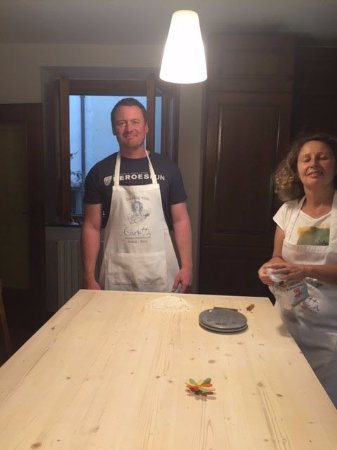 Scandicci, Italia: Carlotta teaching my husband how to properly weigh and roll out fresh pasta!