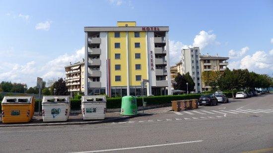 Hotel Fiera: מצולם מתחנות האוטובוס שמול המלון, כעשרה קוים נוחים לכל מקום בעיר