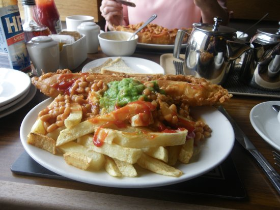 Wetherby, UK: Pensioners Special mushy peas and beans instead of starter