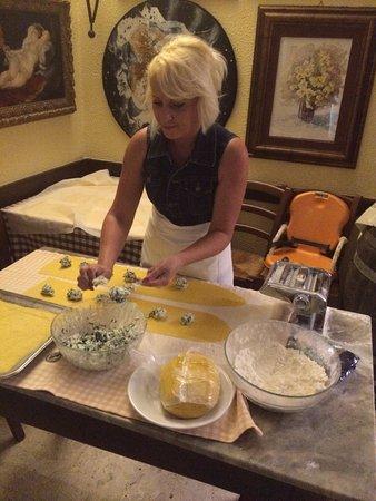 Boccheggiano, Italie : Front cooking: Pasta fatta in sala.