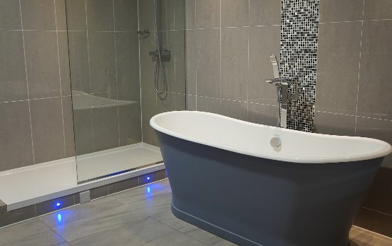 Hensol, UK: Roll top bath in our bathroom, nice luxury touch