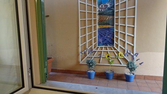 Hotel Pavillon Impérial : Vue de la chambre.....un mur
