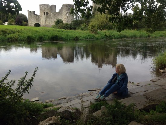 Trim, Irland: A Bonnie lass on the river walk