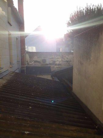 Le Volney : vue de la SDB sur le mur de l'école primaire.