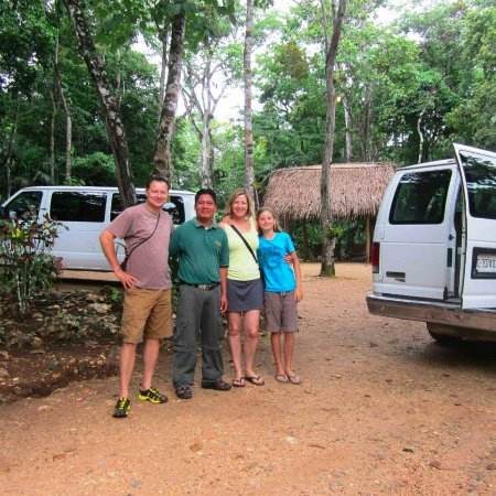 Mariposa Jungle Lodge: Guests with tour guide Damien, ready to go on an adventure!