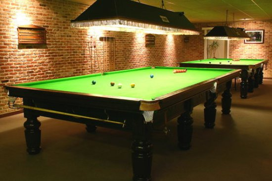 Beveren, Belgia: wij hebben voor de liefhebbers van de biljartsport 2 snookertafels en een klassieke biljart staa
