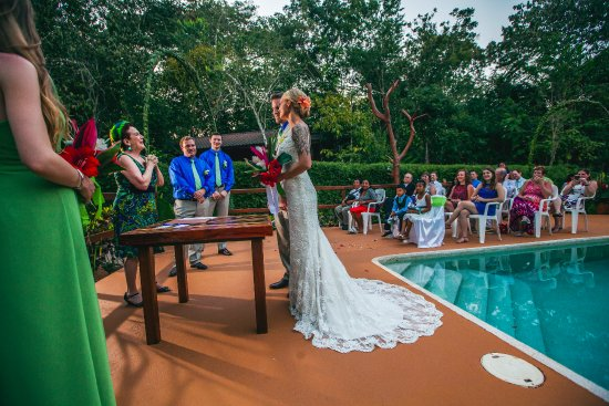 San Antonio, Belice: A poolside wedding ceremony in the jungle
