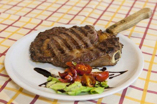 Salvaterra, Italien: Costata di manzo alla griglia con crudità di verdure.