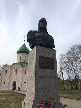 Pereslavl-Zalessky, Rusland: Памятник Александру Невскому на фоне Собора