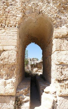 Cartagine, Tunisia: Vue sur les ruines à travers d'autres