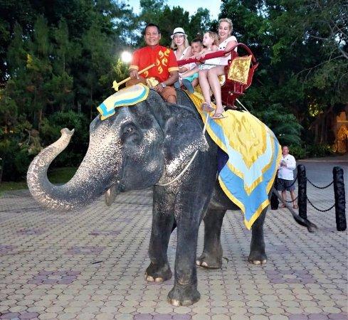 Kamala, Thailand: Слоны - гордость парка «FantaSea» - 03
