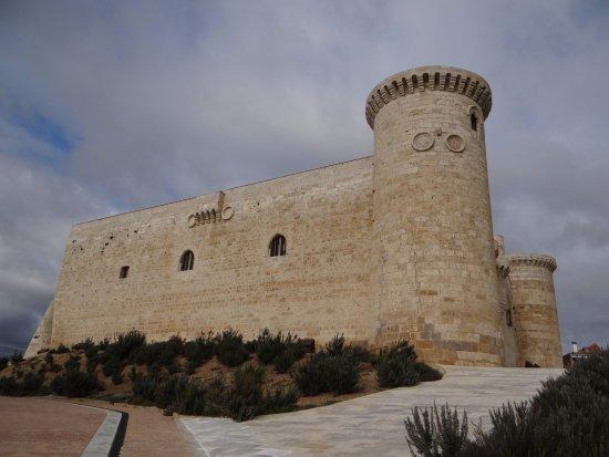 Fuentes de Valdepero, إسبانيا: CASTILLO SARMIENTO