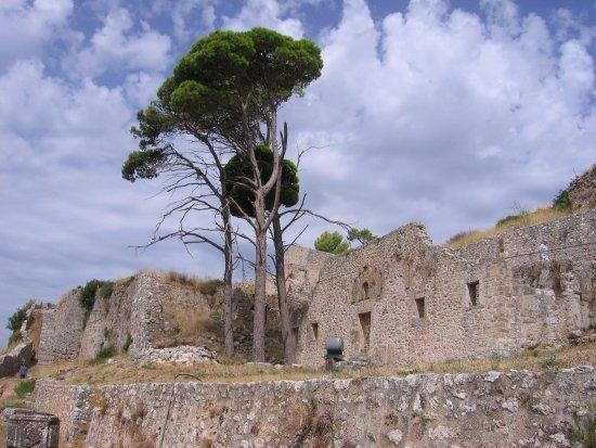 Peratata, Grekland: Views of the Castle