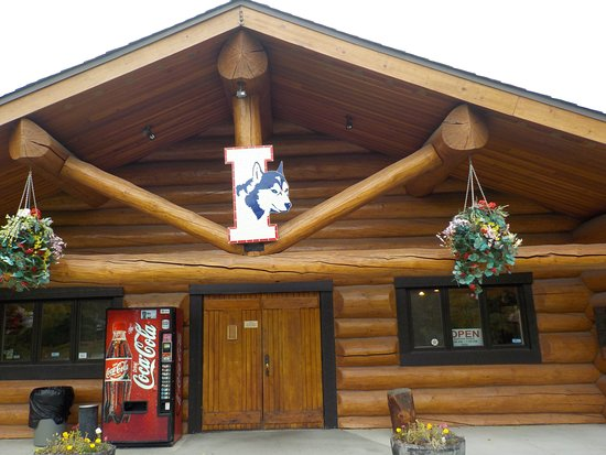 Wasilla, Αλάσκα: Iditarod logo and front of museum