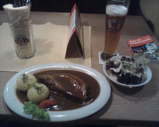 Zum Kuchlbauer: Dinner, pork, potatoes, salad and Weissbier