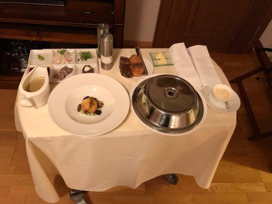 Golden Well Hotel: Room service