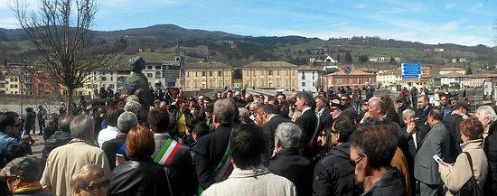 Bettola, Italy: La folla nel giorno dello scoprimento