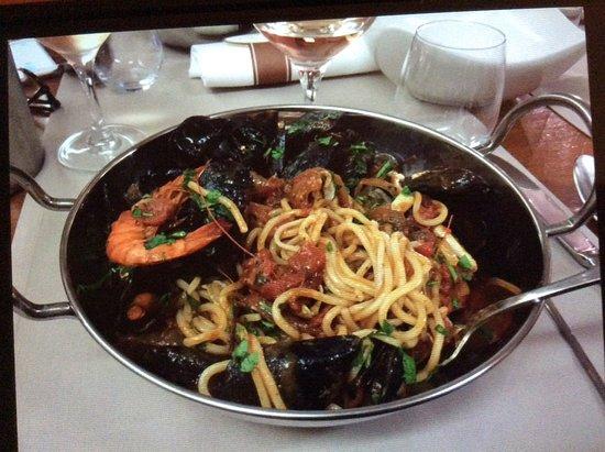 Sisco, France: Linguiine àvec crevettes, boulots, moules, palourdes, couteaux, sauce tomate..que du bohneur