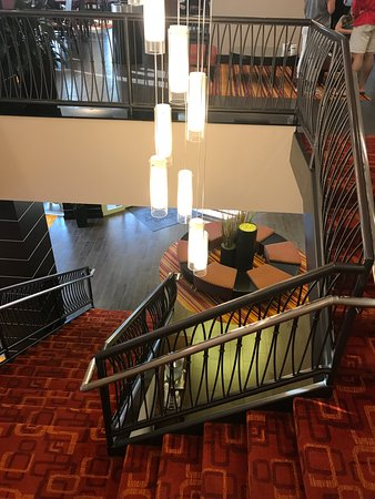 Hampton Inn and Suites Columbus Downtown: Looking down into Lobby from second floor breakfast room; very pretty decor at this hotel