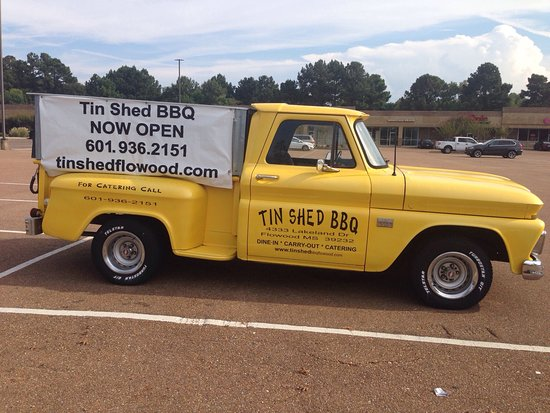 Flowood, Μισισιπής: Any place that has a Classic Pickup and BBQ has got to be good!