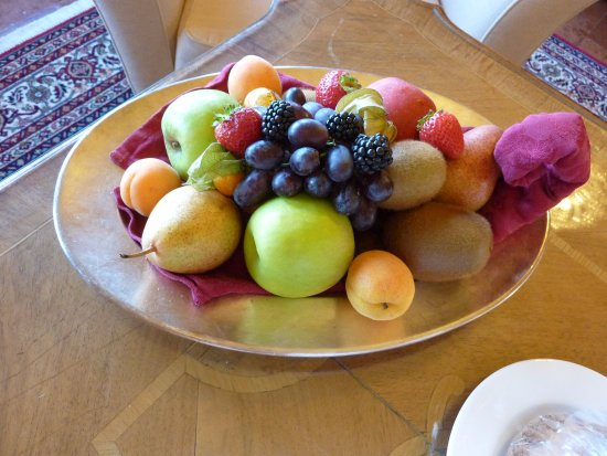 Hotel Schloss Monchstein: Fruit dish from the hotel.