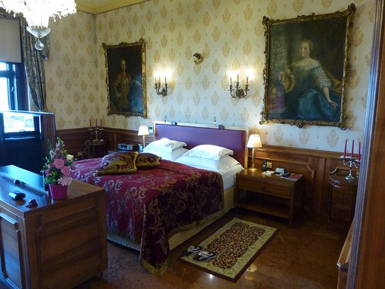 Hotel Schloss Monchstein: The bed department with paintings by Maria Theresia and her husband.