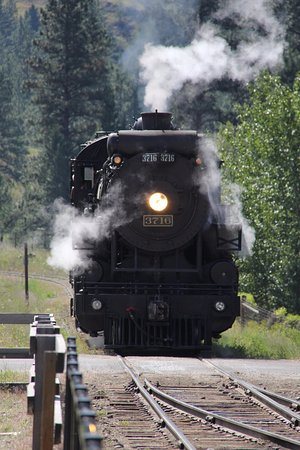 Summerland, Canada: KVR Steam Engine pulling into the station