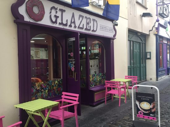 Ennis, Irland: You can find us just down the cobblestone lane off the main market.