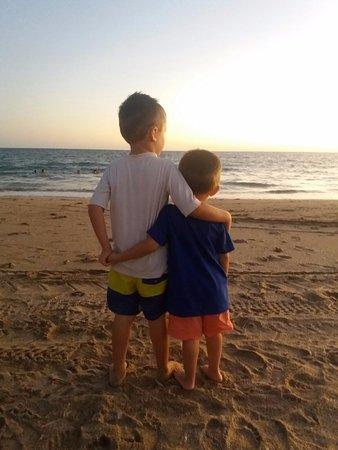 Bahia de Kino Adventures!: Santiago & Marcelo mirando el atardecer