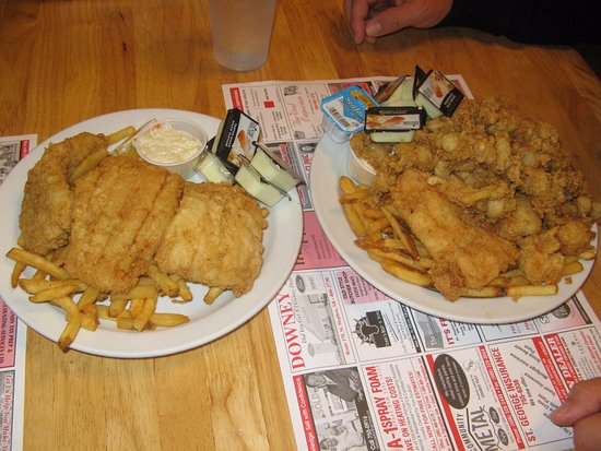 Saint George, Canadá: 3-pc fish & chips (left) and seafood sampler (right)