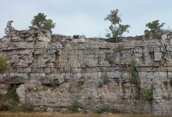 Sturgeon Bay, WI: Limestone cliffs across from park.