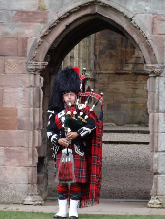 Melrose, UK: Bagpiper