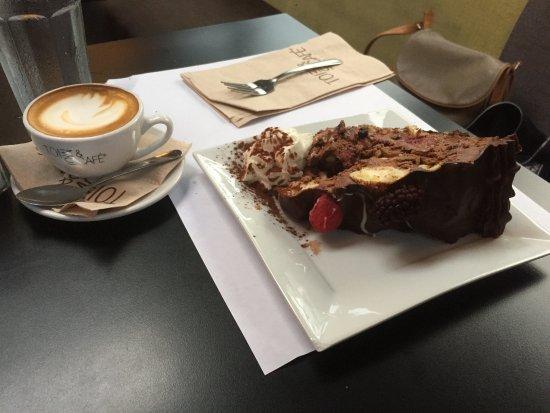 Rosemere, Καναδάς: Gâteau Choux à la crème enrobée de mousse au chocolat