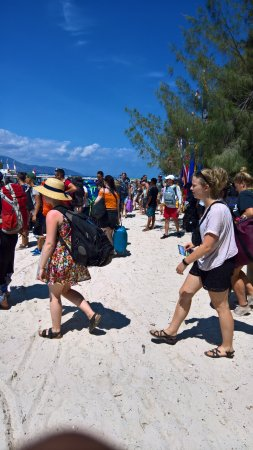 Gili Islands, Indonesien: Waiting on the beach for 30 minutes in 90 degree heat, with my rollon luggage. CHAOS!